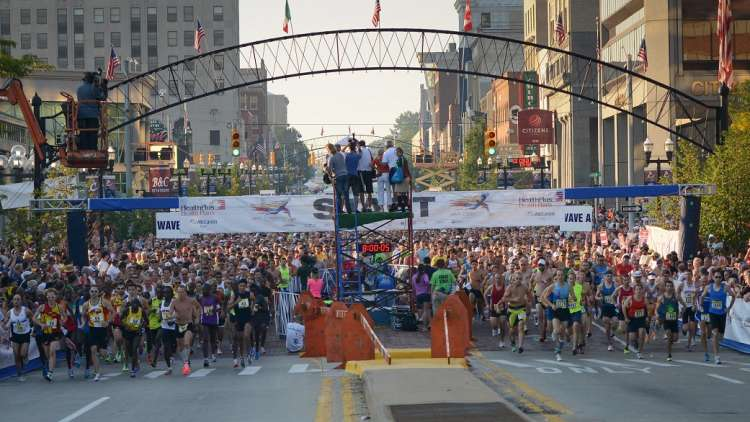 race with thousands of people under the arch bridge downtown flint