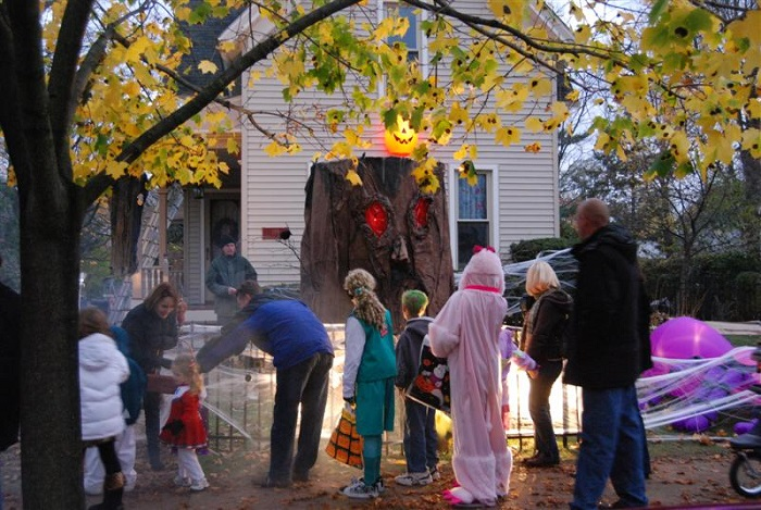 Trick-or-treating on Tillson Street
